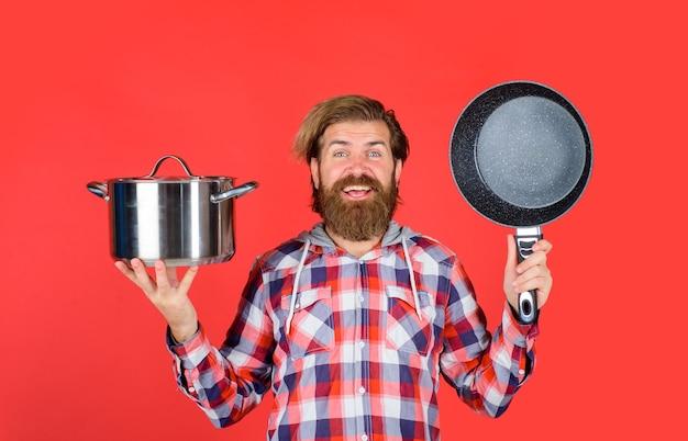 Uomo con utensili da cucina chef felice con pentola pentola per cucinare utensili da cucina utensili da cucina cucinare