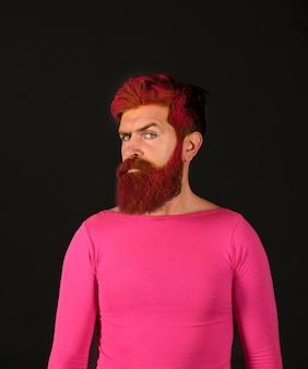 Uomo con la pittura creativa di capelli e acconciatura pubblicità e barbiere concetto di acconciatura seria