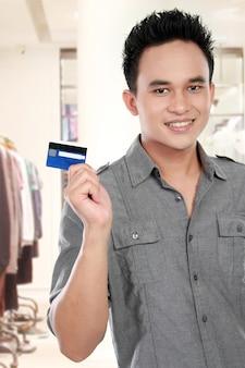 Uomo con carta di credito