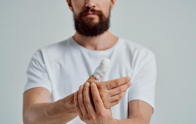 Uomo con il pollice ritagliato problemi di salute del paziente con lesioni