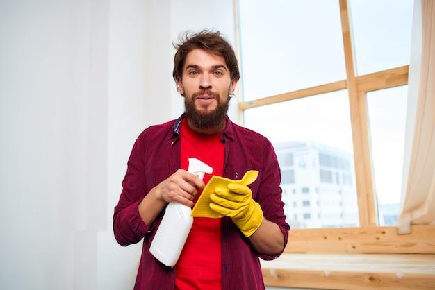Uomo con accessori per lavaggio detersivo fornitura di servizi