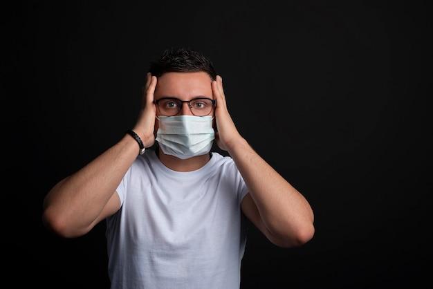 Uomo con maschera facciale usa e getta protezione contro virus e infezioni