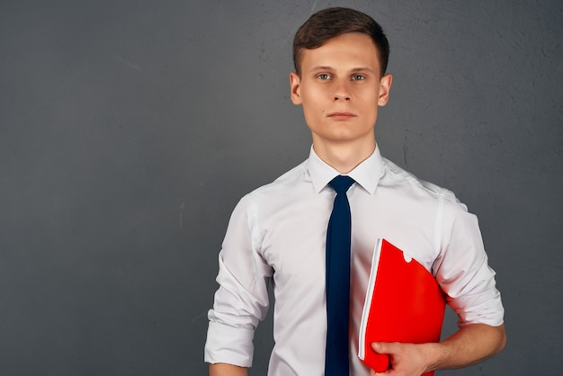 L'uomo con i documenti in mano lavora come responsabile dell'ufficio