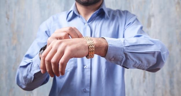 Uomo con un braccialetto costoso. accessori moda e gioielli