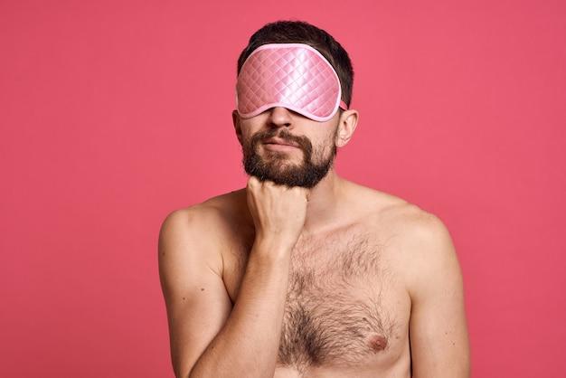 Uomo con maschera per dormire per gli occhi