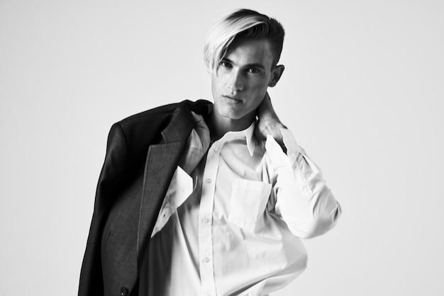 Uomo con l'acconciatura alla moda nello stile di vita moderno del rivestimento della camicia bianca