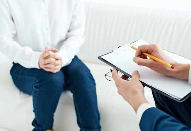 Un uomo con una cartella di documenti e una donna la indossavano in casa Foto Premium