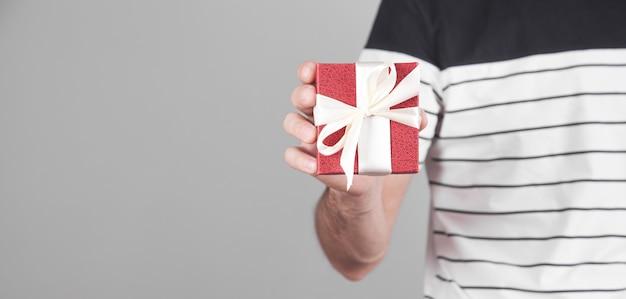 Uomo con confezione regalo