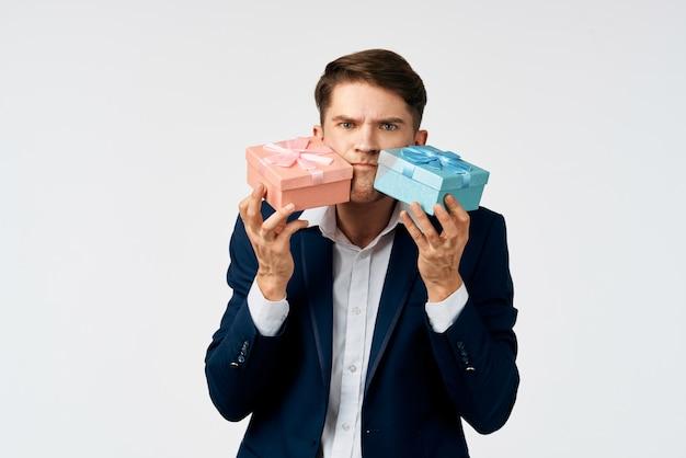 Uomo con doni in mano celebrazione compleanno ufficiale grigio