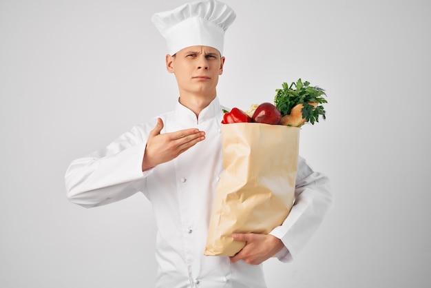 Un uomo con un servizio di consegna pacchi di generi alimentari ai ristoranti
