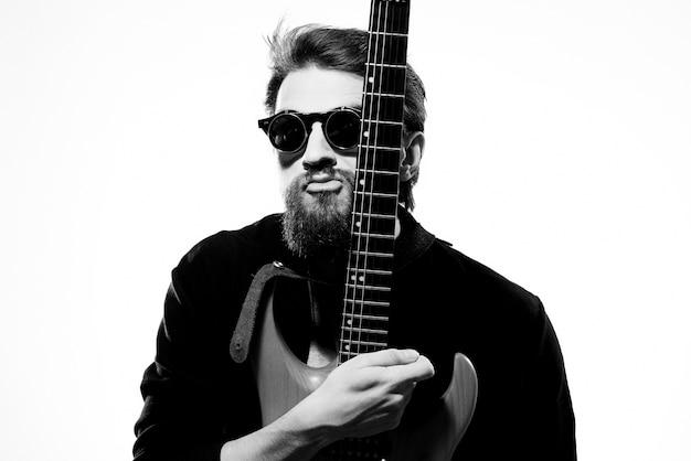 Uomo con la chitarra in mano musicista rock star performance lifestyle luce