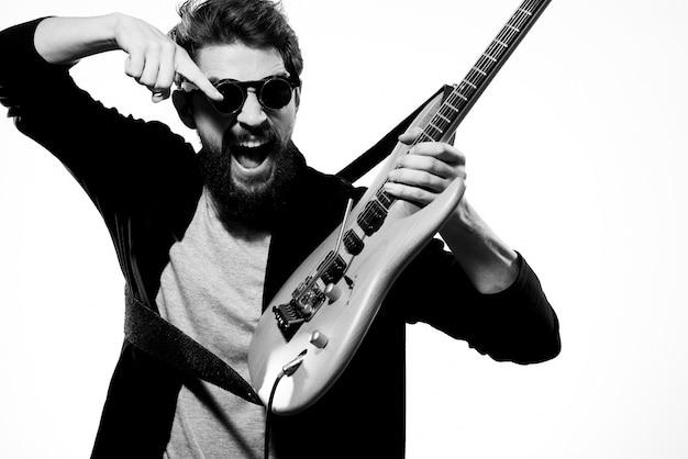 Uomo con la chitarra nelle mani musicista rock star performance lifestyle luce
