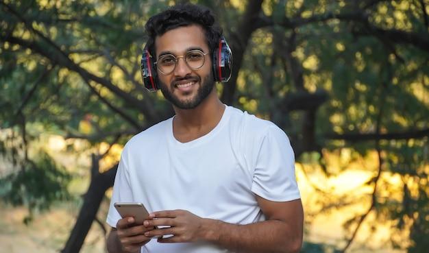 Un uomo con le cuffie che sente la canzone