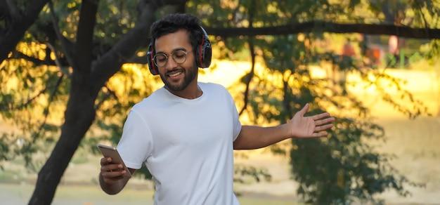 Un uomo con le cuffie che sorride