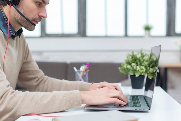Uomo con le cuffie che hanno un webinar
