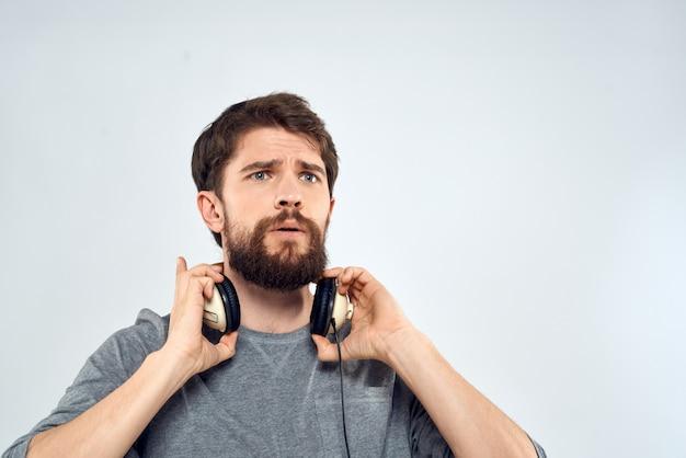 Uomo con le cuffie musica stile di vita emozioni tecnologia stile moderno per il tempo libero intrattenimento luce