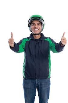 Uomo con casco e giacca o uniforme del pilota di taxi commerciale online che mostra il pollice in su