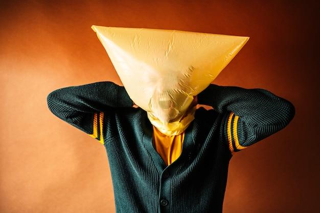Uomo con la testa coperta da un sacchetto di plastica