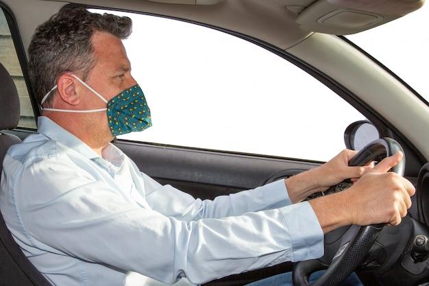 Uomo con maschera medica fatta in casa in auto protezione da virus coronavirus