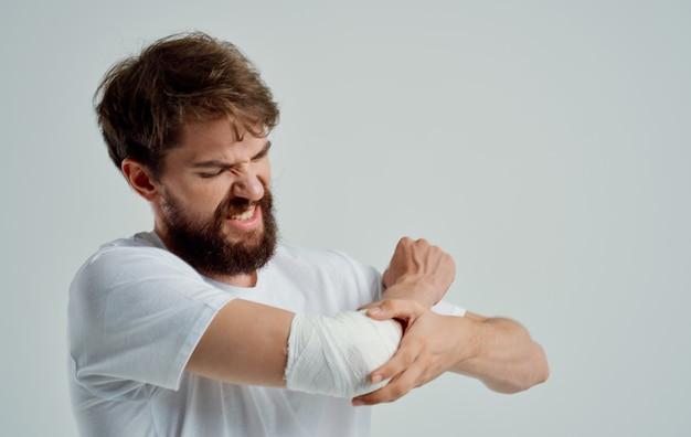 Uomo con un braccio ferito