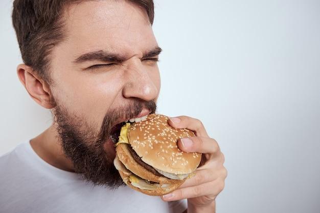 Uomo con cibo spazzatura