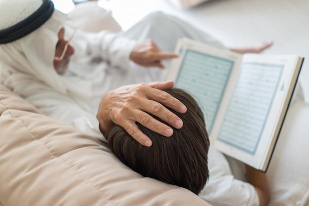 Uomo con libro di lettura per bambini