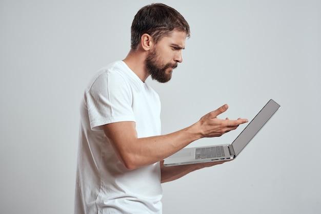 Uomo con un computer portatile nelle sue mani isolato