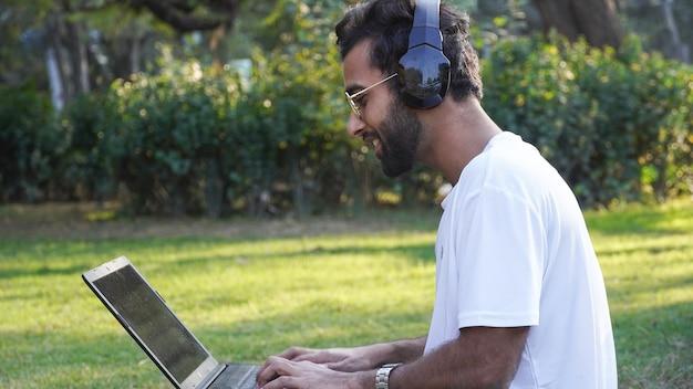 Uomo con laptop `