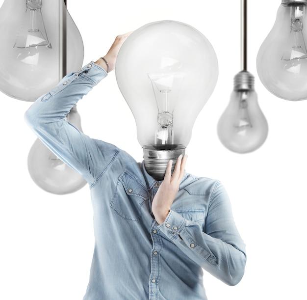 Uomo con una lampadina come testa