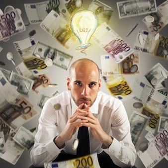 Uomo con la lampadina sopra la sua testa e soldi