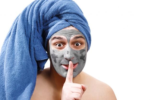 Uomo con maschera per il viso, pelle secca, maschera per uomo, segreto, foto isolata ruolo emotivo di genere