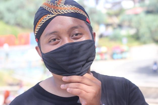 Foto uomo con maschera