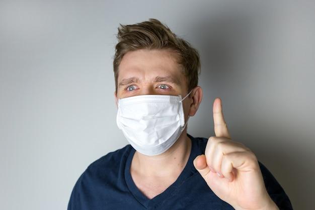 Uomo con maschera per proteggerlo dal virus.