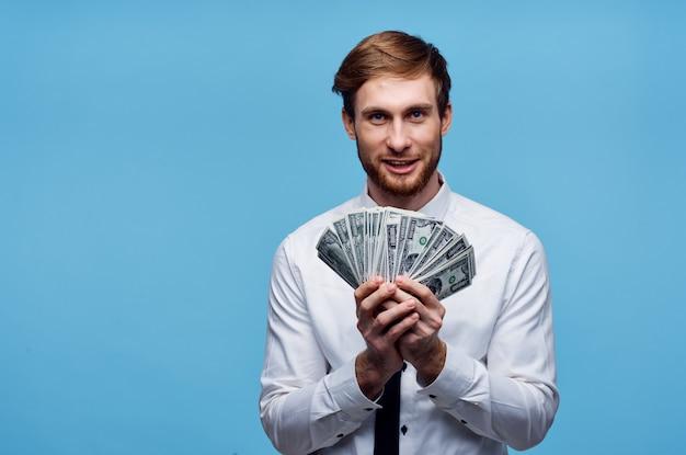 L'uomo con i soldi nelle mani della ricchezza di emozioni dell'uomo d'affari