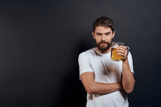 Uomo con un boccale di birra in mano