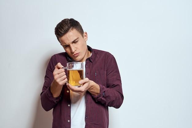 Uomo con un boccale di birra