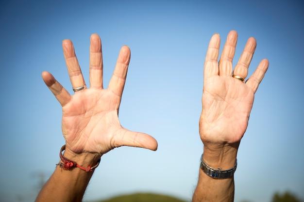 Uomo con solo nove dita