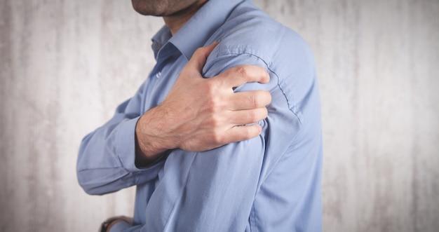 Uomo con un dolore alla spalla.