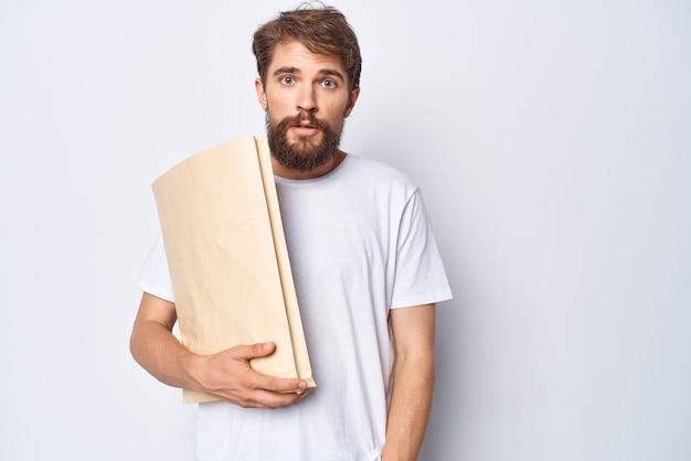 Uomo con il sacchetto di carta in mani mockup shopping emozioni sfondo chiaro