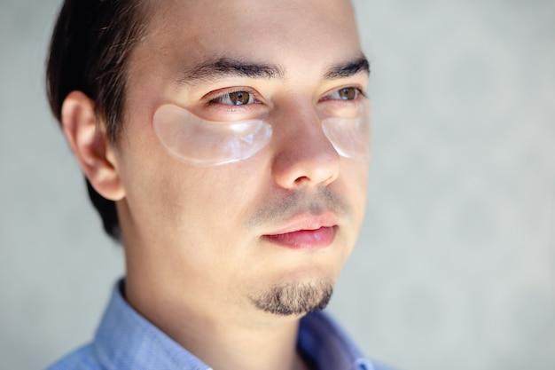 Uomo con toppe sul viso