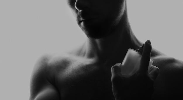 Uomo con profumo in bianco e nero