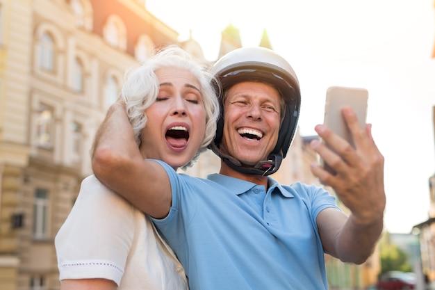 L'uomo con il telefono sta ridendo.