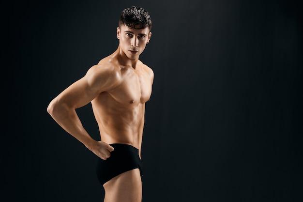 Uomo con il modello di allenamento del bodybuilder addominale pompato