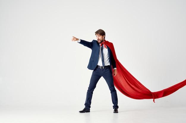 Un uomo con un mantello rosso in una tuta da supereroe con protezione del potere