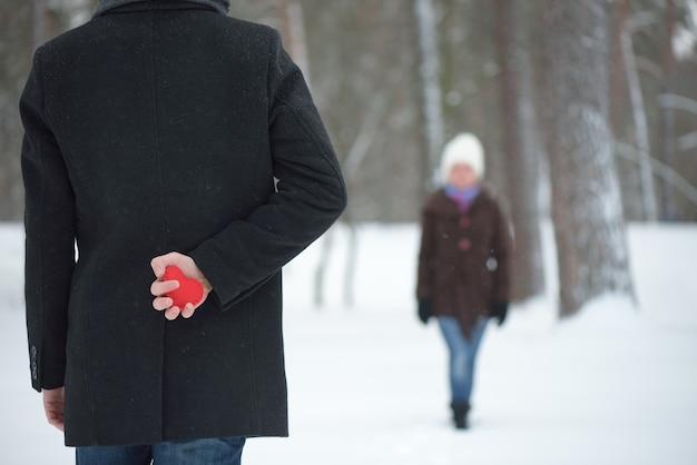 L'uomo con un san valentino rosso confessa il suo amore a una donna