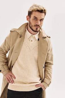 Uomo con un'espressione seria cappotto moda stile moderno
