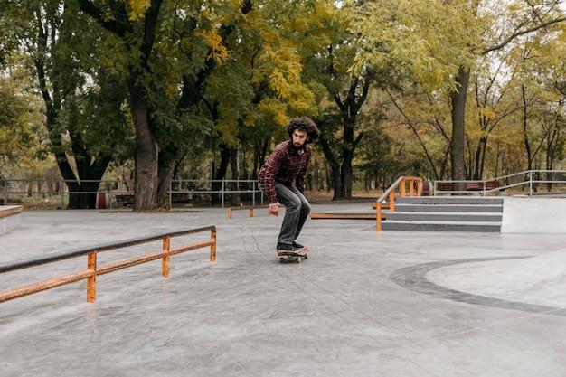 Uomo con lo skateboard all'aperto