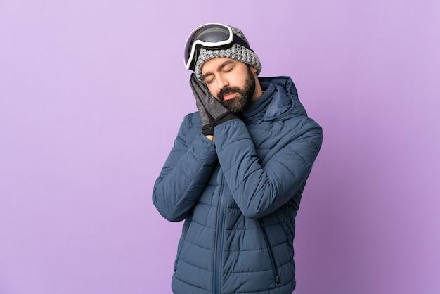 Uomo con occhiali da snowboard