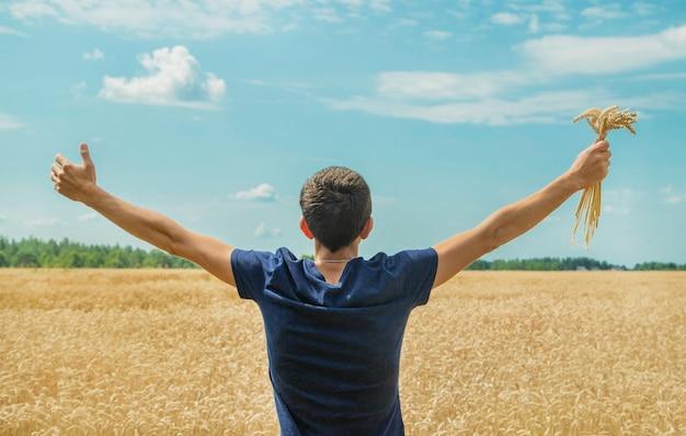 Un uomo con le spighette di grano nelle sue mani.