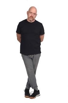 Uomo con abbigliamento sportivo su sfondo bianco